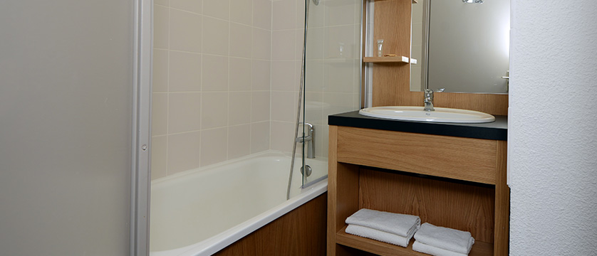 France_La-Plagne_les_Cervin_Apartments_bathroom.jpg